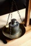 Balanza del vintage con la escala retra del peso - un peso del kilogramo Foto de archivo
