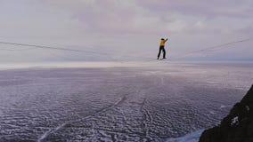 Balanza en el horizonte Slackliner es el una cuerda floja y caídas almacen de metraje de vídeo