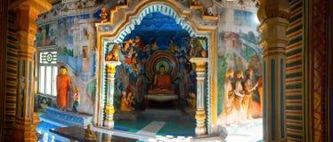 Balapitiya, Sri Lanka - 02 2017 Luty: Panoramiczny wnętrze Purana Viharaya, Sri Pushparama Vihara, Buddha statuy, Balapitiya Obrazy Royalty Free