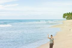 Balapitiya Wyrzucać na brzeg, Sri Lanka - kobieta macha jej rękę przy bea Zdjęcie Royalty Free
