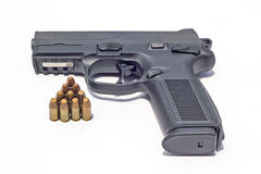 balas da munição de 9mm no fundo claro Fotos de Stock