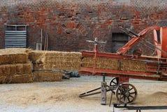 Balas da palha Embalagem do feno, método tradicional Fotografia de Stock Royalty Free