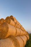 Balas da palha na terra Bala da palha Straw Bales Pacotes da palha do foco seletivo empilhados na pilha Imagens de Stock