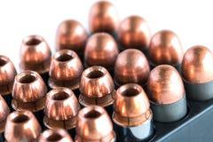 45 balas da pistola em um suporte de cartucho Fotografia de Stock Royalty Free