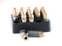 45 balas da pistola em um suporte de cartucho Foto de Stock