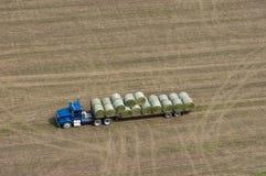 Balas de feno do carregamento do caminhão da exploração agrícola para vacas de leiteria, exploração agrícola Fotografia de Stock