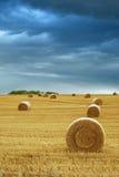 Balas de feno no campo com céu tormentoso Foto de Stock Royalty Free