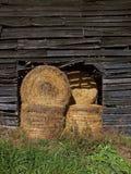 Balas de heno en granero Foto de archivo