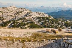 Balas de heno en pista que camina en las montañas de Hoher Dachstein Fotos de archivo libres de regalías