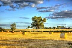 Balas de heno inglesas de la escena del país en el tiempo de cosecha en HDR Imágenes de archivo libres de regalías