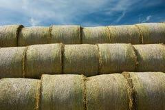 Balas de heno redondas apiladas en una pirámide fotos de archivo libres de regalías