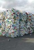 Balas de las botellas plásticas machacadas para reciclar Foto de archivo