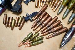 Balas de las disposiciones de los rifles y de las pistolas viejos Fotos de archivo libres de regalías