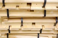 Balas de madera de tiras llenas con la cinta plástica en haces de madera imagenes de archivo