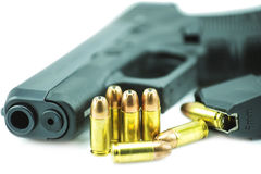 balas de 9mm e pistola preta da arma isoladas no fundo branco Fotografia de Stock Royalty Free