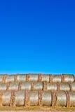 Balas de paja en hoja en campo con el cielo azul Fotografía de archivo libre de regalías