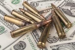 Balas del rifle en billetes de banco Imágenes de archivo libres de regalías