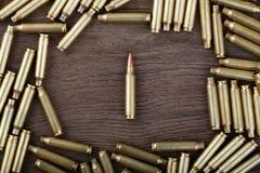 Balas del rifle en la tabla de madera con escena oscura Foto del primer Imagenes de archivo