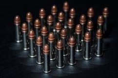 Balas del rifle sobre la tabla Imagen de archivo
