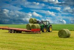 Balas del tractor y de heno Imágenes de archivo libres de regalías