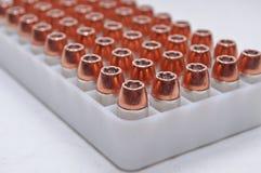 40 balas do calibre alinhadas em um recipiente Foto de Stock
