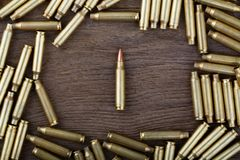Balas do rifle na tabela de madeira com baixa cena chave Foto do close-up Imagens de Stock