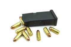 balas e compartimento de 9mm no fundo branco Foto de Stock