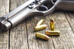 balas e revólver da pistola de 9mm Fotografia de Stock Royalty Free