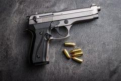 balas e revólver da pistola de 9mm Imagem de Stock