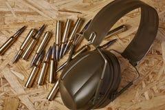 Balas en textura de madera con la protección de oído imagen de archivo libre de regalías