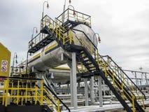Balas para a água do processo no campo petrolífero Tanques do amortecedor para a água da formação Foto de Stock