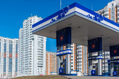 Balashikha,俄罗斯- 4月05 2016年 在高层建筑物背景的加油站  免版税库存图片