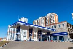 Balashikha,俄罗斯- 4月05 2016年 在高层建筑物背景的加油站  免版税库存照片