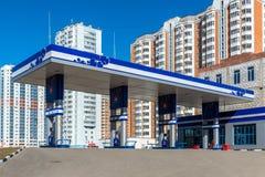 Balashikha,俄罗斯- 4月05 2016年 在高层建筑物背景的加油站  库存图片