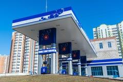 Balashikha Ryssland - April 05 2016 bensinstation på bakgrund av höghus royaltyfri bild