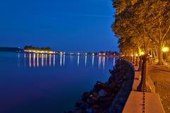 Balaton nachts mit Gehweg Stockbild