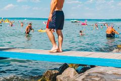 BALATON UNGERN - Juli 14, 2018: folk som simmar i den bl?a azura sj?n royaltyfria bilder