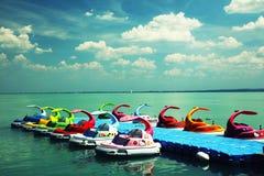 Balatonfured, 2018年6月02日,儿童脚蹬小船在Balaton湖的小游艇船坞停泊了 库存图片