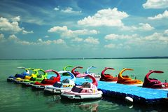 Balatonfured, 2018年6月02日 儿童脚蹬小船在Balaton湖的小游艇船坞停泊了 库存照片
