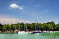 Balatonfured, 2018年6月02日-在Balaton湖的风船 Balatonfured小游艇船坞 图库摄影