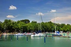 Balatonfured Juni 02 2018 - segelbåtar på Balaton sjön Balatonfured marina Royaltyfri Bild
