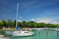 Balatonfured Juni 02 2018 - segelbåtar på Balaton sjön Balatonfured marina Royaltyfri Fotografi