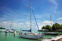 Balatonfured Juni 02 2018 - segelbåtar på Balaton sjön Balatonfured marina Royaltyfria Foton