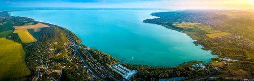 Balatonfuzfo, Ουγγαρία - πανοραμική εναέρια άποψη οριζόντων του fuzfoi-οβολού της λίμνης Balaton στο ηλιοβασίλεμα Στοκ εικόνες με δικαίωμα ελεύθερης χρήσης