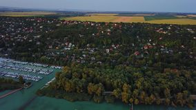 Balatonfuzfo, Ουγγαρία - 4K πετώντας επάνω από Balatonfuzfo στο ηλιοβασίλεμα με τη μαρίνα γιοτ φιλμ μικρού μήκους