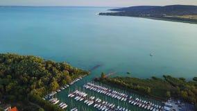 Balatonfuzfo, Ουγγαρία - 4K πετώντας στη μαρίνα γιοτ Balatonfuzfo στη λίμνη Balaton φιλμ μικρού μήκους
