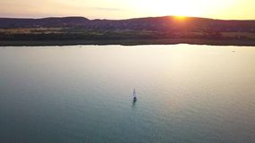 Balatonfuzfo, Ουγγαρία - 4K sailboat στη λίμνη Balaton κατά τη διάρκεια του ηλιοβασιλέματος απόθεμα βίντεο
