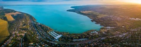 Balatonfuzfo, Hongrie - vue aérienne panoramique d'horizon du coin du nord-est du Lac Balaton au coucher du soleil images stock