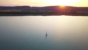 Balatonfuzfo, Hungría - velero 4K en el lago Balatón durante puesta del sol
