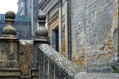 Balaustra di pietra antica con le pietre centenarie Immagine Stock